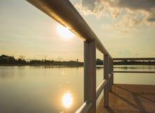 Puesta del sol abajo en el puente Fotos de archivo libres de regalías