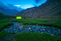 Puesta del sol - acampando en el viaje de Chitkul - paisaje del valle de Sangla, Himachal Pradesh, la India/valle de Kinnaur fotografía de archivo