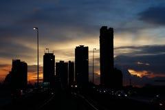 Puesta del sol adentro hacia el centro de la ciudad imágenes de archivo libres de regalías