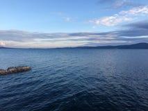 Puesta del sol adriática de la costa de mar con las nubes imagenes de archivo