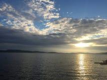 Puesta del sol adriática de la costa de mar con las nubes fotos de archivo libres de regalías
