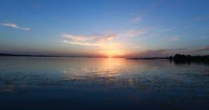 Puesta del sol agradable en el río metrajes