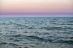 Puesta del sol agradable en extracto azul de la naturaleza del mar Fotografía de archivo libre de regalías