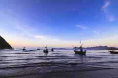 Puesta del sol agradable sobre la playa del mar Foto de archivo