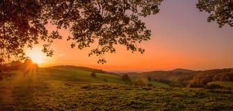 Puesta del sol agradable sobre las montañas del jizerske en República Checa Fotos de archivo