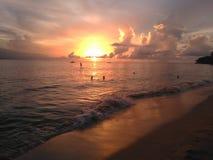 Puesta del sol Aguadillia Puerto de la playa del barco de desplome fotos de archivo