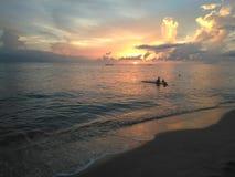 Puesta del sol Aguadillia Puerto de la playa del barco de desplome imagen de archivo libre de regalías