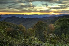 Puesta del sol ahumada de la montaña Imagenes de archivo