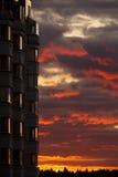 Puesta del sol en el edificio del apertment Fotos de archivo libres de regalías