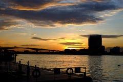 Puesta del sol al lado del río Fotos de archivo