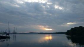 Puesta del sol al mar cerca de los doc. en pulas fotografía de archivo libre de regalías