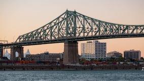 Puesta del sol al timelapse del horizonte de la ciudad de Montreal, belvedere Jacques Cartier Bridge de la noche con el río San L almacen de video