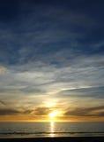 Puesta del sol amarilla azul fotografía de archivo