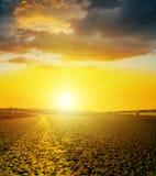 Puesta del sol amarilla sobre la carretera de asfalto Foto de archivo libre de regalías