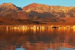 Puesta del sol anaranjada ardiente en el mono lago Fotos de archivo libres de regalías