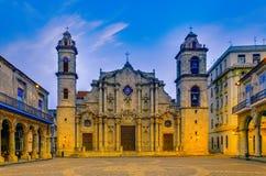 Puesta del sol anaranjada asombrosa sobre los edificios históricos de La Habana Imágenes de archivo libres de regalías