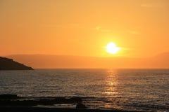 Puesta del sol anaranjada brillante en el mar Mediterráneo Imagen de archivo libre de regalías