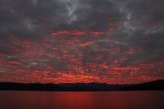 Puesta del sol anaranjada clara en día hermoso Imagen de archivo