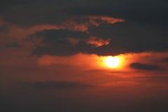 Puesta del sol anaranjada con las nubes fotografía de archivo libre de regalías