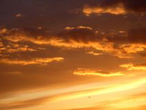 Puesta del sol anaranjada con las nubes Foto de archivo libre de regalías
