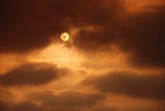 Puesta del sol anaranjada con las nubes Imagenes de archivo