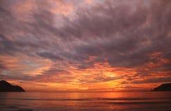 Puesta del sol anaranjada dramática Imágenes de archivo libres de regalías