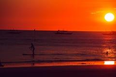 Puesta del sol anaranjada dramática del mar con los barcos Adultos jovenes Viaje a Filipinas Vacaciones tropicales de lujo Isla d fotos de archivo