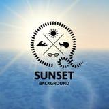 Puesta del sol anaranjada en colores pastel con la superficie del mar del agua azul Fotos de archivo libres de regalías