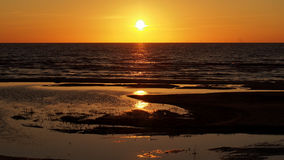 Puesta del sol anaranjada en el mar Báltico fotos de archivo libres de regalías