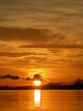 Puesta del sol anaranjada en el río del Amazonas Fotos de archivo