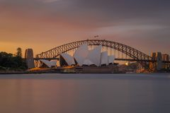 Puesta del sol anaranjada en el teatro de la ópera Sydney imagen de archivo