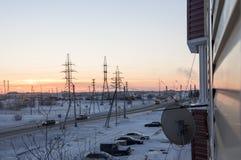 Puesta del sol anaranjada en la calle industrial del invierno Visión desde la ventana por la tarde escarchada fotos de archivo libres de regalías