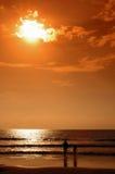 Puesta del sol anaranjada en la playa Imagen de archivo