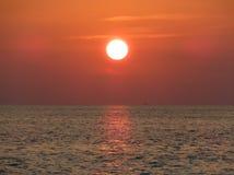 Puesta del sol anaranjada en las zonas tropicales Foto de archivo