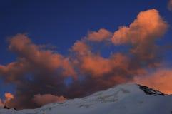 Puesta del sol anaranjada en montañas Imágenes de archivo libres de regalías