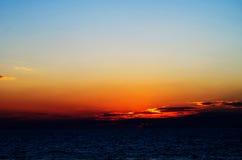 Puesta del sol anaranjada escénica en el mar y el cielo nublado de la belleza Foto de archivo libre de regalías