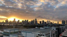 Puesta del sol anaranjada hermosa con las nubes oscuras en el cielo contra el contexto de los rascacielos de la metrópoli de la c almacen de video