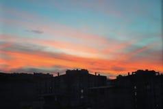 Puesta del sol anaranjada hermosa en la ciudad de Esmirna, Turquía Imágenes de archivo libres de regalías