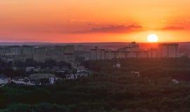 Puesta del sol anaranjada hermosa en la ciudad de Minsk Foto de archivo