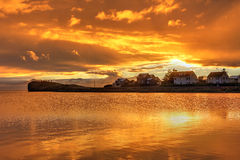 Puesta del sol anaranjada, Hofn, Islandia foto de archivo libre de regalías
