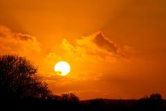 Puesta del sol anaranjada idílica Fotos de archivo