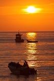 Puesta del sol anaranjada magnífica vista de la orilla de a Imagen de archivo libre de regalías