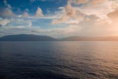 Puesta del sol anaranjada mientras que en el mar Imagen de archivo libre de regalías