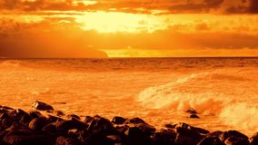 Puesta del sol anaranjada del océano en la cámara lenta metrajes