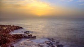 Puesta del sol anaranjada que brilla intensamente, Los Gigantes, Tenerife Foto de archivo libre de regalías