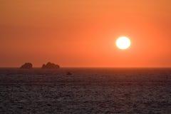 Puesta del sol anaranjada sobre el océano Fotografía de archivo