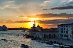 Puesta del sol anaranjada viva, Venecia, Italia Imagen de archivo