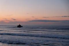Puesta del sol anaranjada y azul hermosa sobre una playa Fotos de archivo libres de regalías