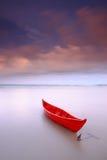 Puesta del sol anclada barco rojo del durimg Fotografía de archivo libre de regalías
