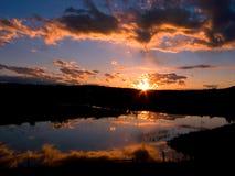 Puesta del sol ardiente fotos de archivo